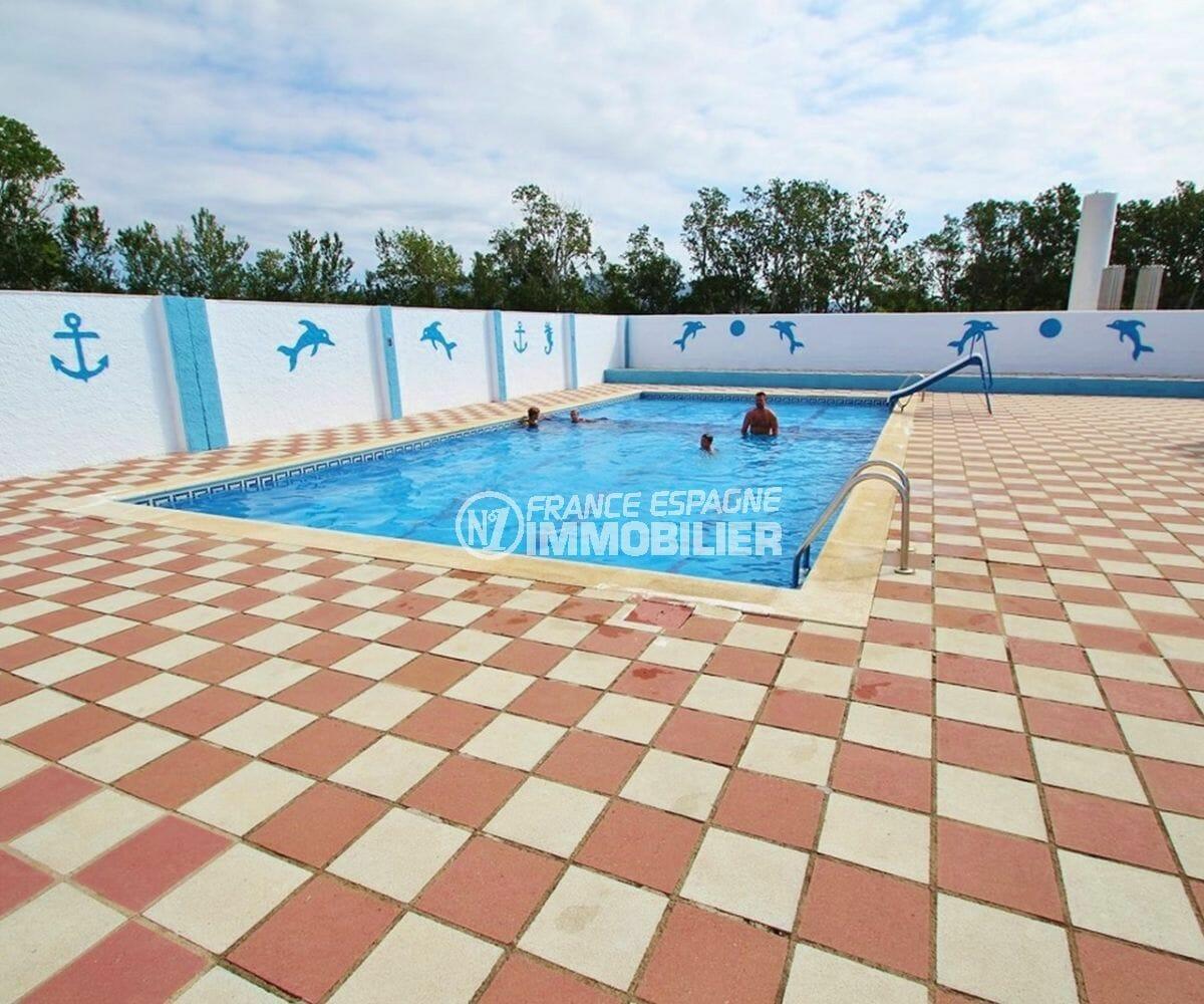 acheter maison empuriabrava, proche plage, aperçu de la piscine communautaire