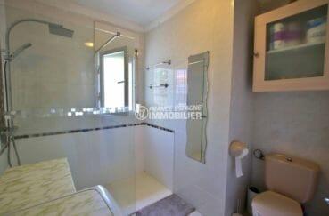 agence immobiliere francaise empuriabrava: villa 81 m², salle d'eau avec douche, vasque et wc