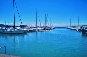 vue sur les voiliers et le port de plaisance à proximité