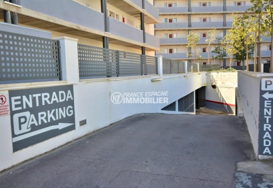 acheter appartement rosas: amarre, aperçu de l'accès au parking souterrain privé
