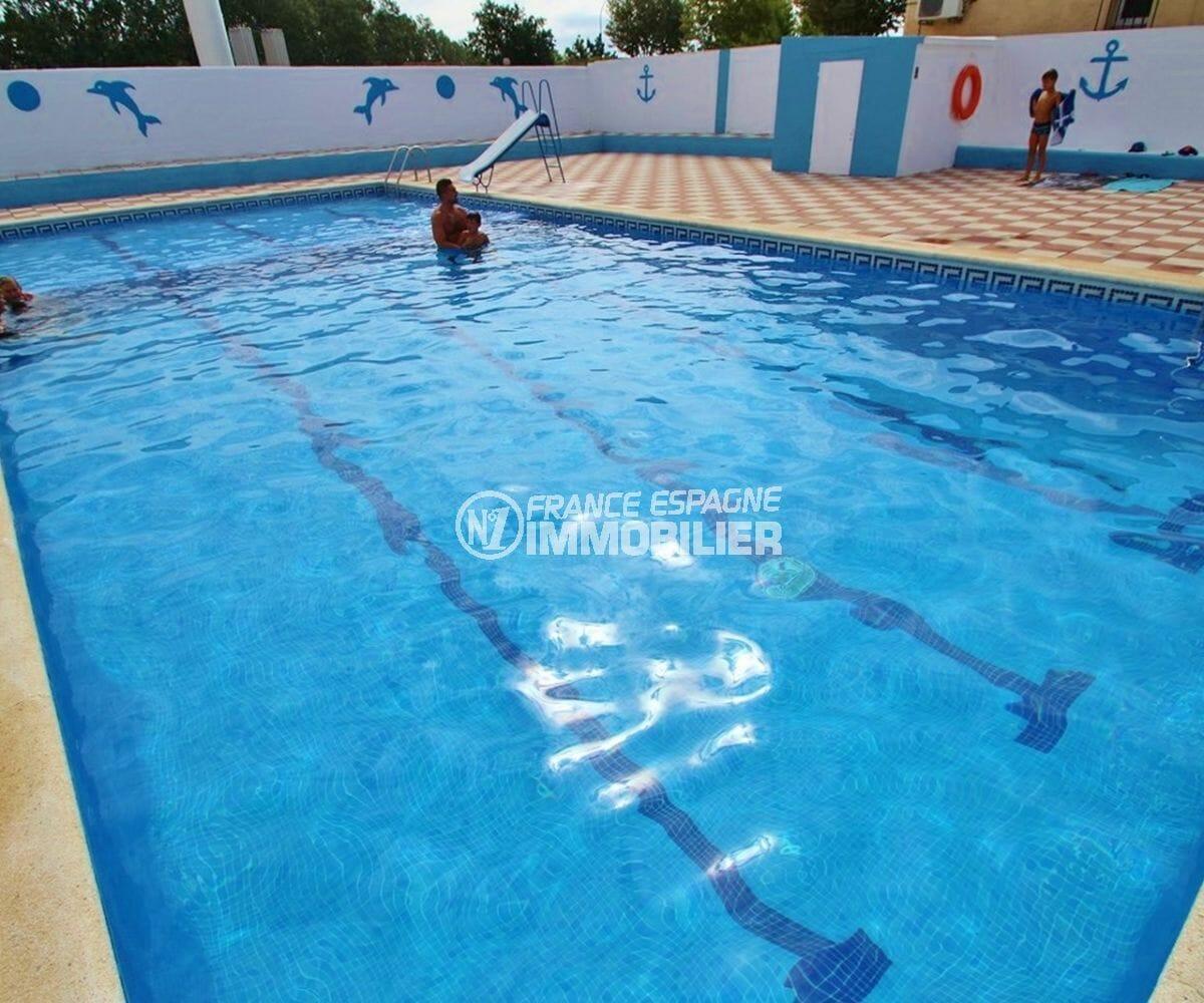 maison à vendre empuriabrava, parking, vue plongeante sur la piscine communautaire avec toboggan
