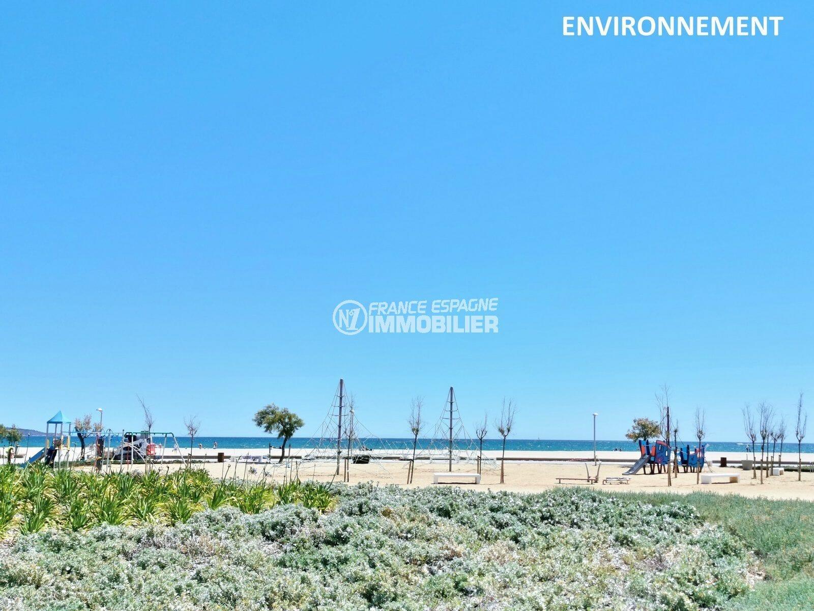 aires de jeux sur la plage environnante