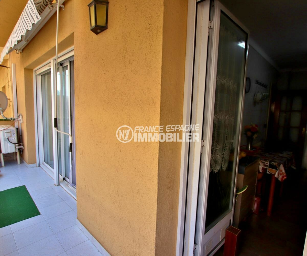 vente appartements rosas espagne, proche plage, balcon qui dessert cuisine et chambre