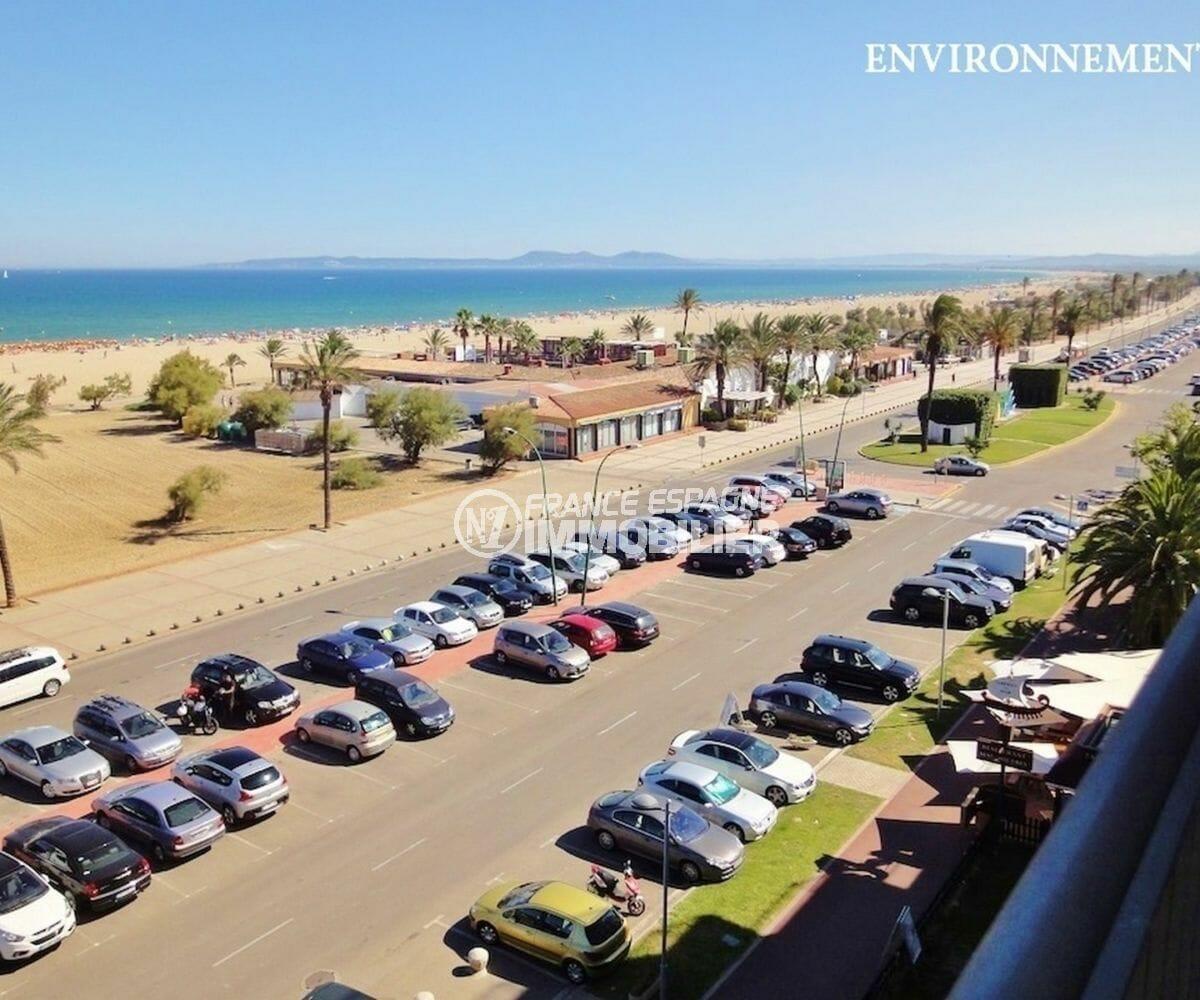 grand parking à proximité de la plage