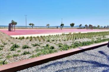 terrain de jeux accessible près de la plage aux alentours