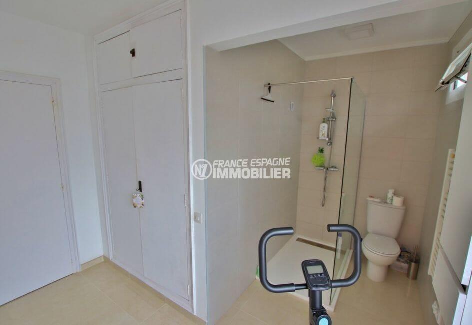 agence immobiliere costa brava espagne: villa 215 m², salle d'eau avec douche, vasque, wc et rangements