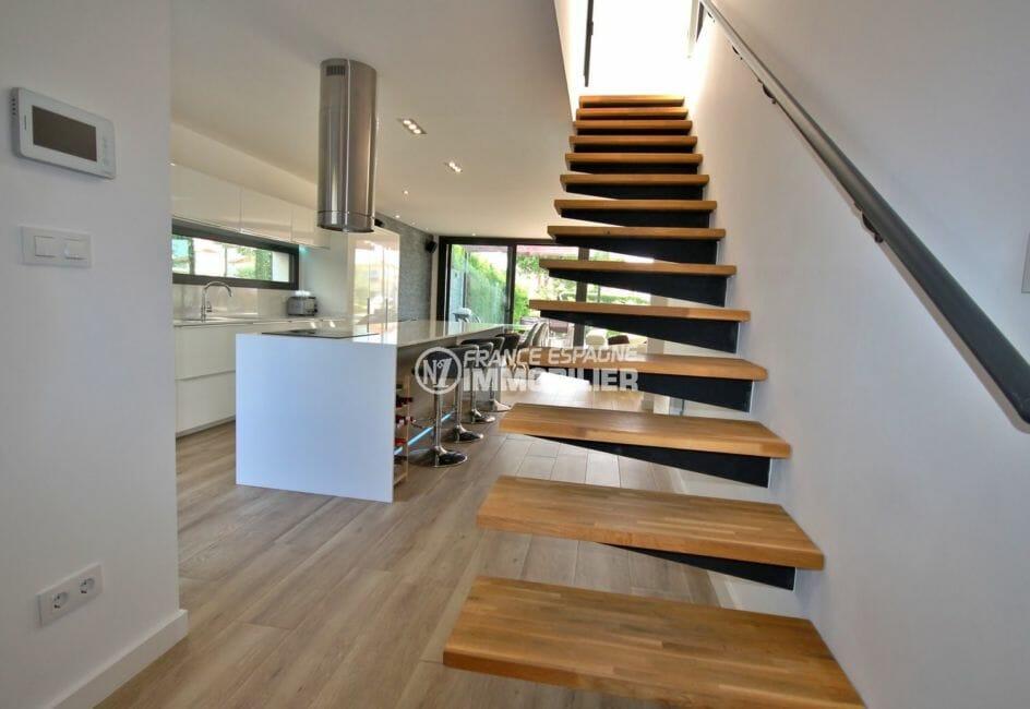 maison a vendre espagne costa brava, proche plage, vue sur l'escalier qui dessert l'étage
