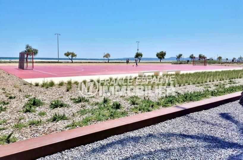 terrain de jeux à proximité de la plage