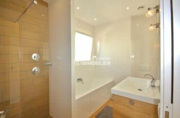 agence immobiliere costa brava espagne: villa garage, troisième salle d'eau douche, vasque et wc