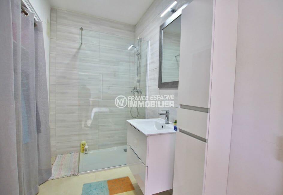 immobilier a empuriabrava: villa 215 m², salle d'eau avec meuble vasque, douche et rangements