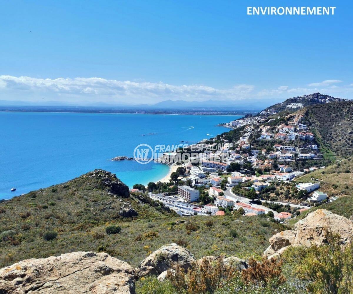 magnifique paysage entre montagnes et mer aux alentours