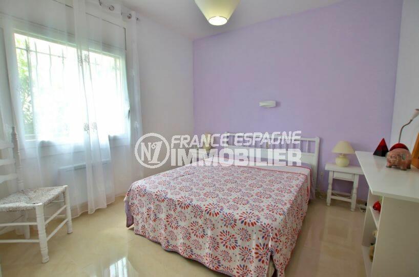 vente immobilière costa brava: villa 215 m², chambre lumineuse avec lit double