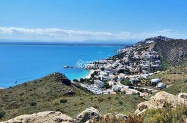 magnifique paysage entre mer et montagnes aux environs