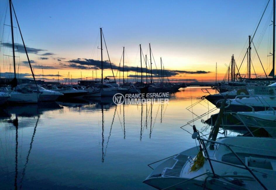 couché de soleil sur le port de plaisance à proximité