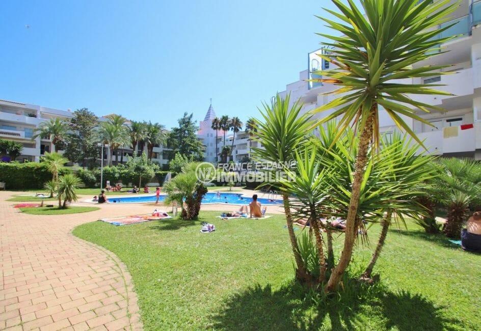 immo center rosas: appartement 60 m², vue sur les extérieurs autour de la piscine communautaire