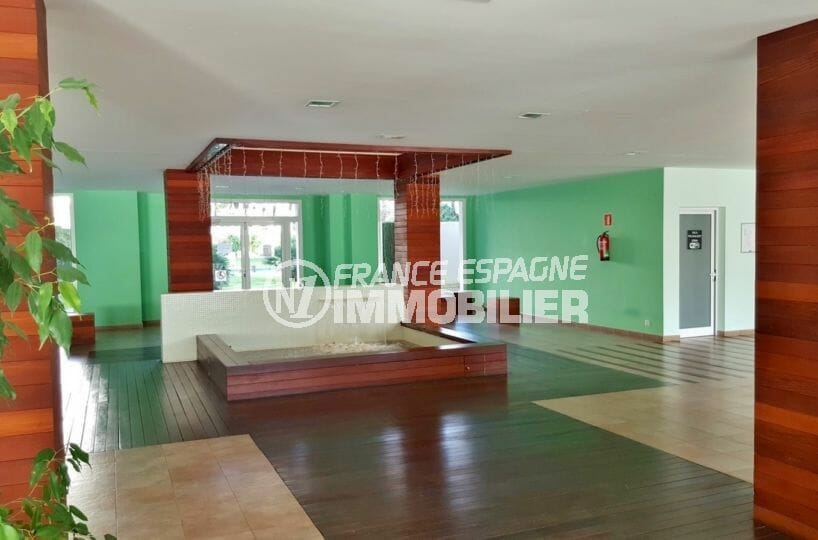 la costa brava: appartement 60 m², aperçu du hall d'entrée de la résidence avec piscine