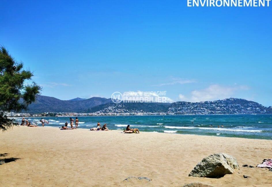 magnifique paysage entre les montagnes et la mer aux alentours