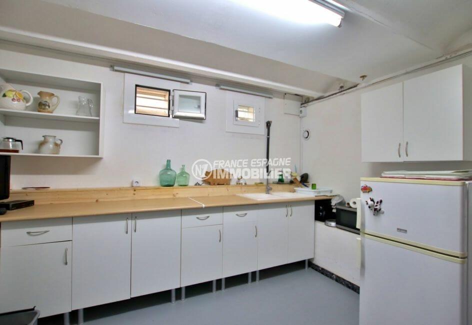 vente immobilier costa brava: villa 215 m², cuisine équipée de l'appartement indépendant