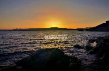 sublime couché de soleil sur la mer aux alentours