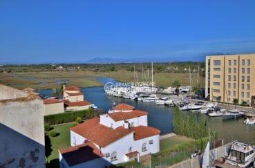 appartements a vendre a rosas, piscine, vue sur la marina depuis la terrasse