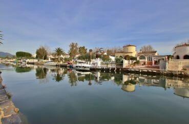 costa brava immobilier: villa 94 m², aperçu du canal depuis le jardin