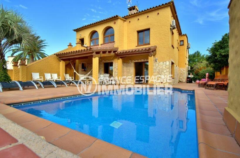 agence immo empuriabrava: villa avec amarre, piscine et garage dans secteur résidentiel