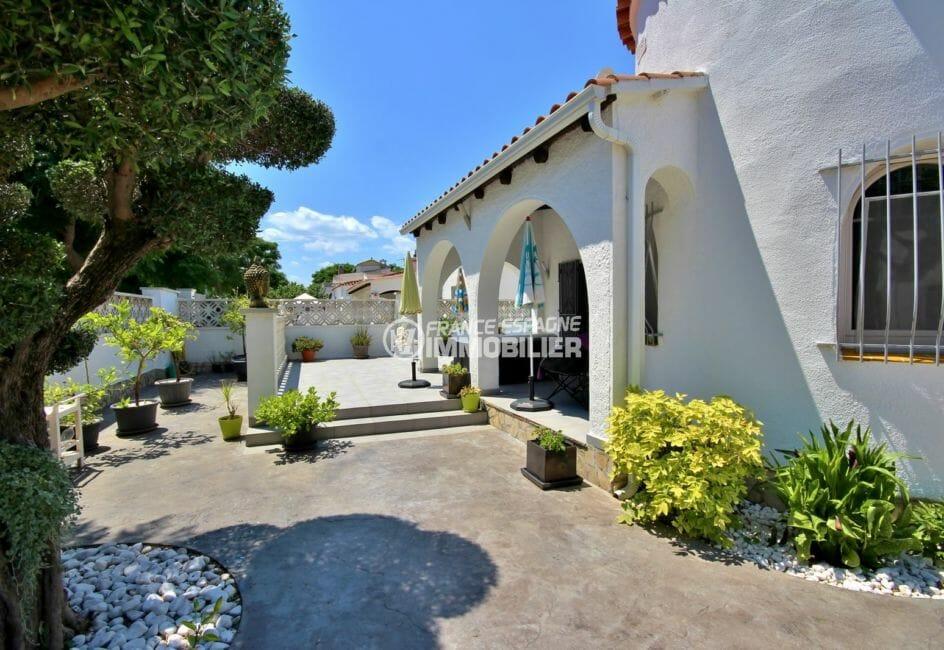 maison a vendre empuria brava, 94 m², vue sur la façade extérieur arboré