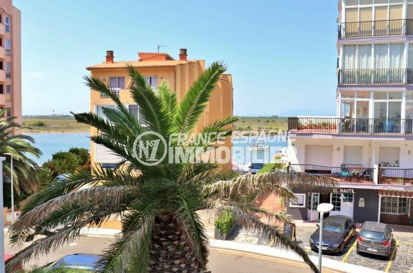 immo roses: appartement 29 m², terrasse avec vue dégagée sur le canal