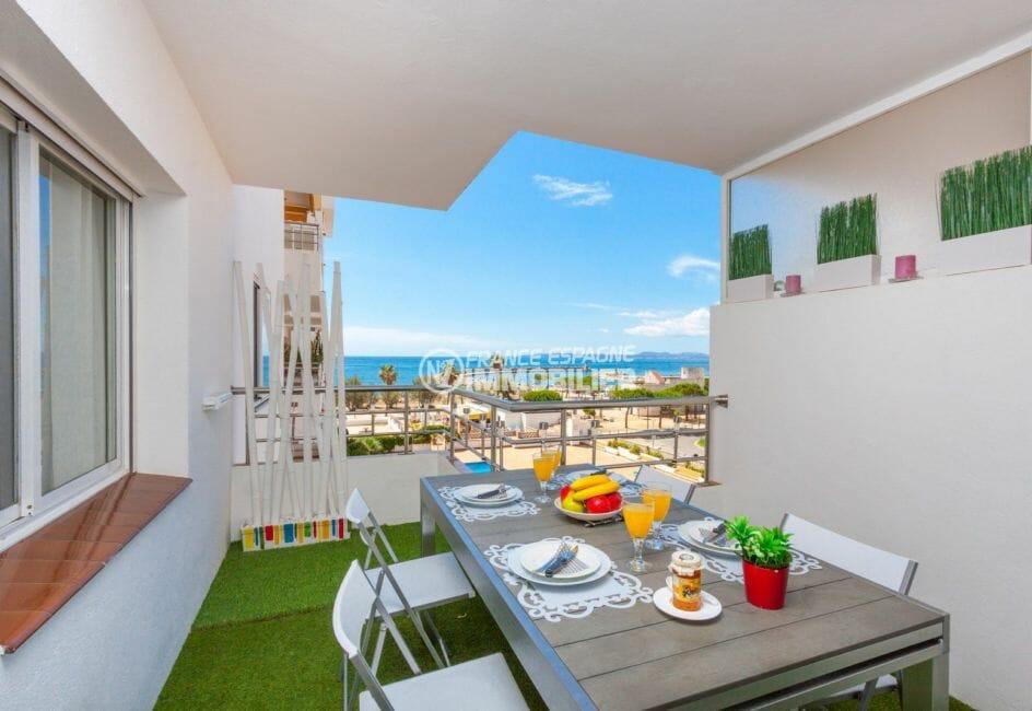 immo roses: appartement 50 m², aperçu de la terrasse de 10 m² vue mer et piscine