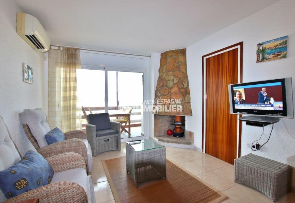 immo roses: appartement 45 m², salon / séjour avec accès à la terrasse véranda de 11 m²