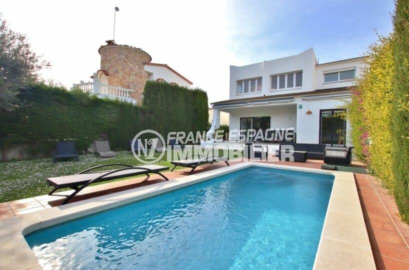 agences immobilières empuriabrava: villa avec amarre de 12 m, vue canal, piscine et garage