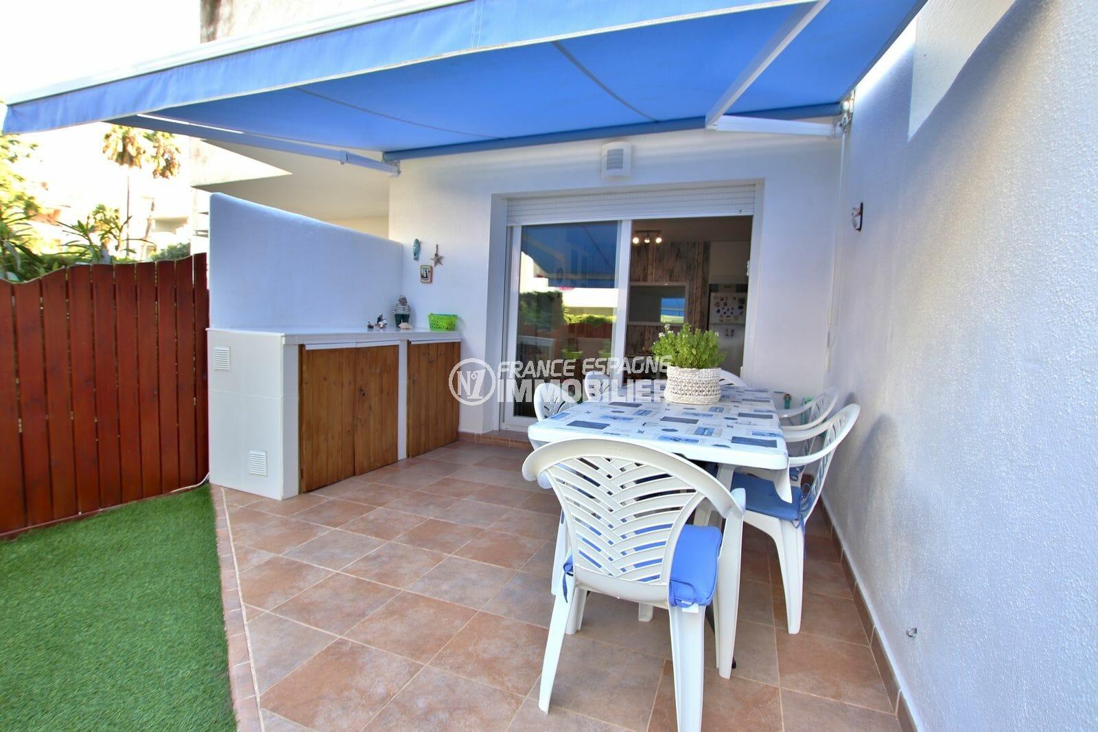 immo roses: appartement 44 m², belle terrasse de 11 m² couverte accès salon