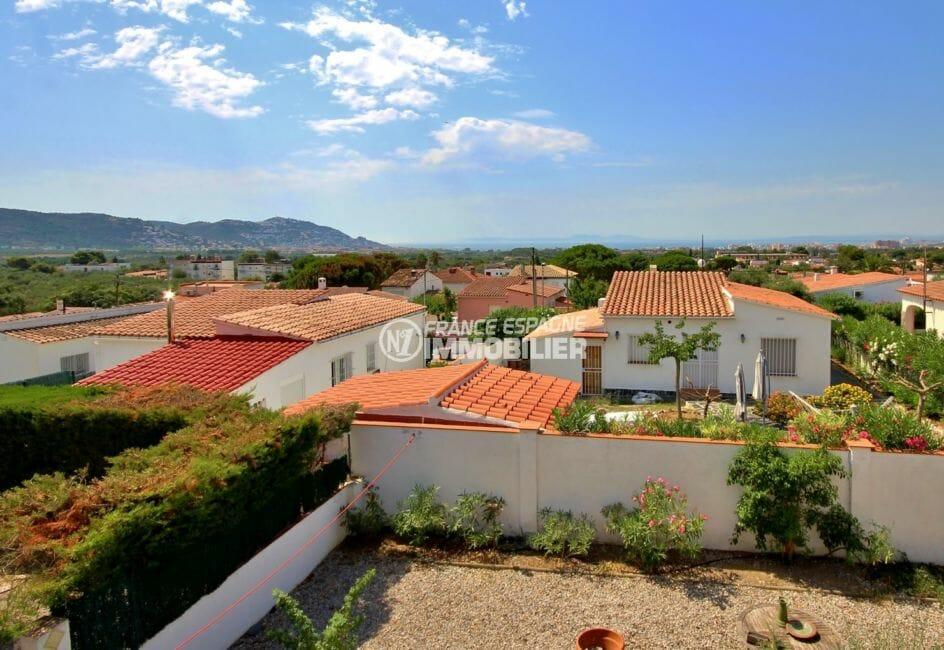 roses espagne: villa ref.3978, vue sur le jardin, les envrirons et le puig rom depuis la terrasse