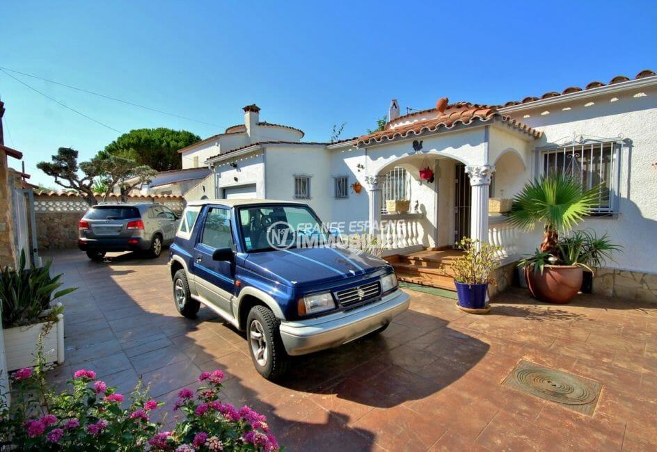 la costa brava: villa 104 m² à empuriabrava, vue sur la cour parking extérieur terrain de 430 m²