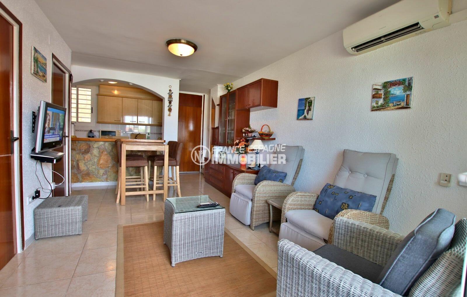 agence immobilière costa brava: appartement 45 m², salon / séjour avec cuisine semi ouverte