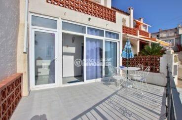 maison a vendre a rosas, proche plage, terrasse avec coin détente et repas