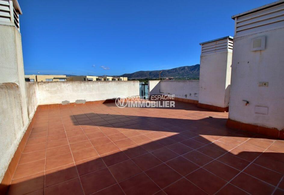 appartement a vendre a rosas, atico, terrasse solarium de 55 m² , jolie vue sur la marina