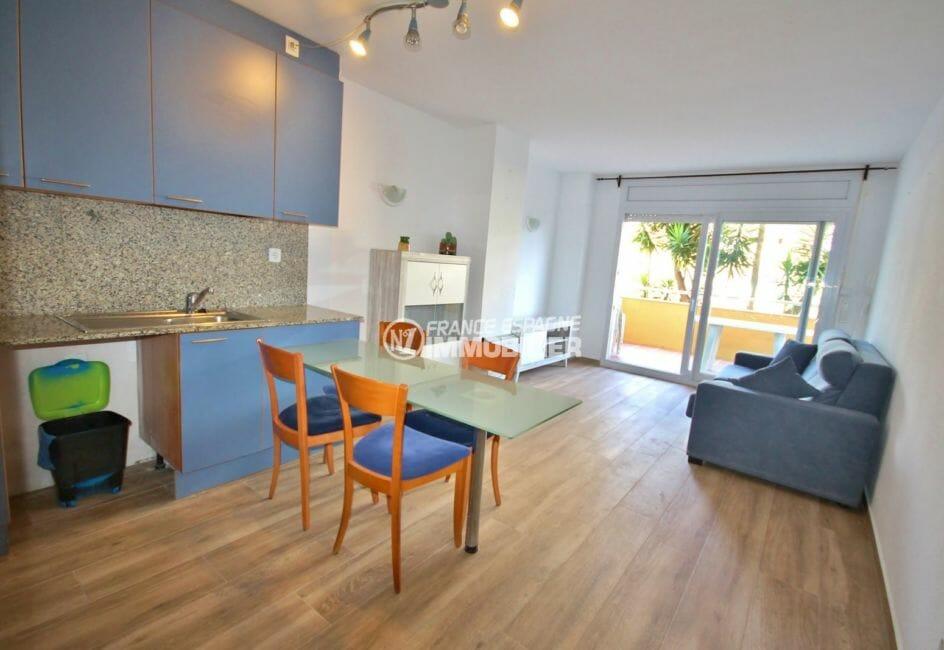 immo roses: appartement 58 m², salon / séjour avec cuisine ouverte accès terrasse