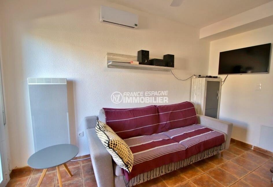 immo roses: villa 75 m², salon / séjour avec accès à la terrasse de 7 m²
