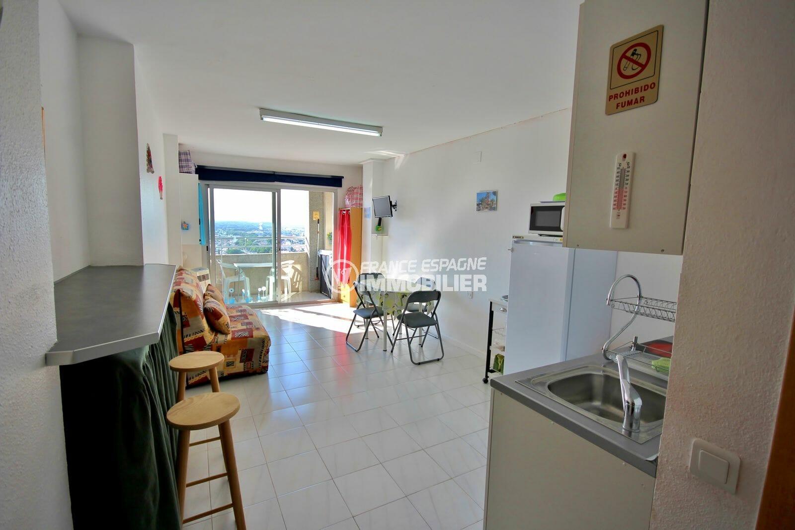 agence immobilière costa brava: studio 24 m², aperçu de la pièce principale accès terrasse