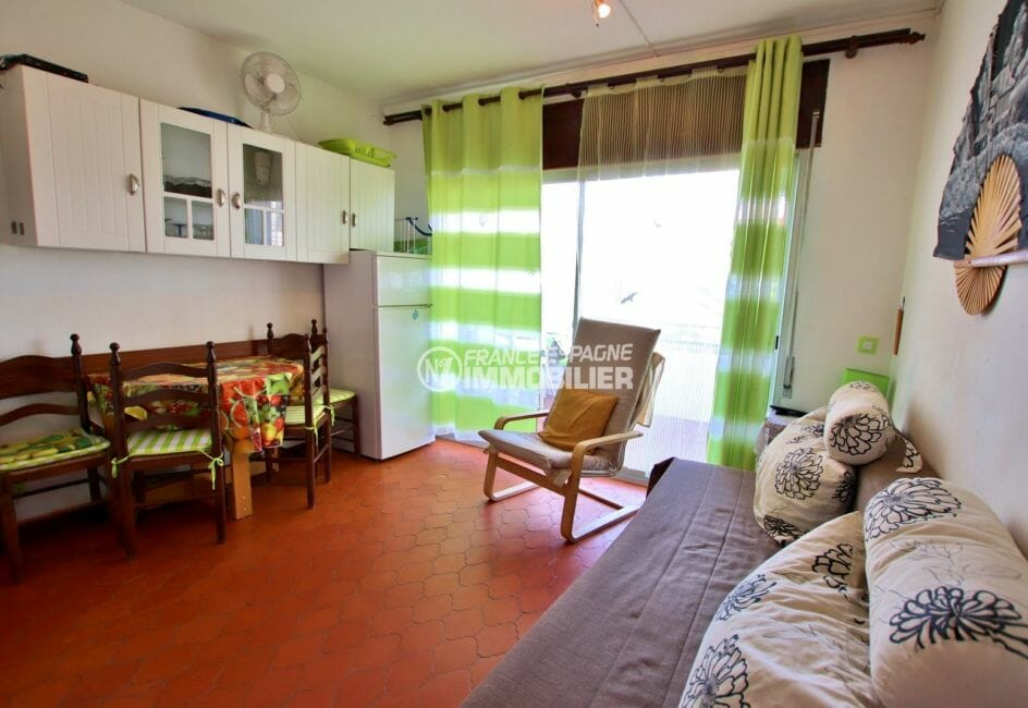 appartement a vendre a rosas, vue canal, salon / séjour avec accès terrasse