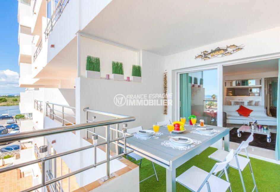 appartement a vendre a rosas, piscine, terrasse de 10 m² coin détente / repas accès salon