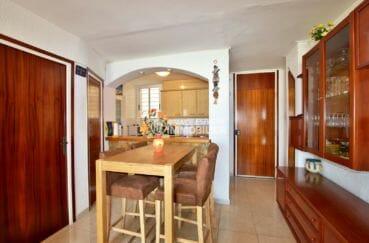 appartement a vendre a rosas, 45 m², salon / séjour avec cuisine semi ouverte et coin repas