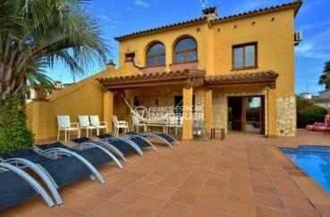 maison a vendre empuriabrava, garage, terrain de 500 m² avec coin détente près de la piscine