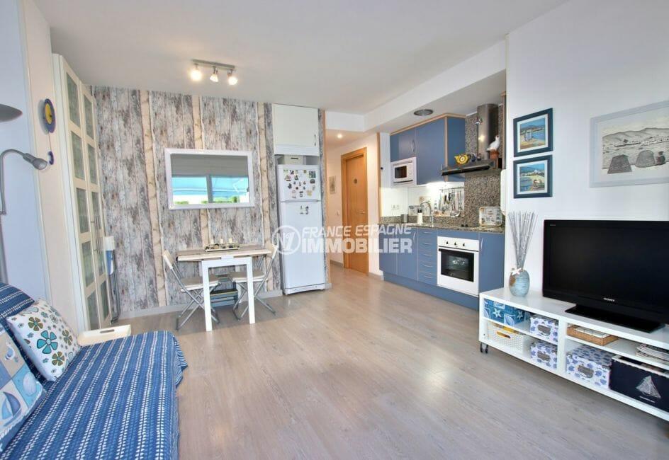 appartements a vendre a rosas, piscine, cuisine ouverte sur le salon / séjour