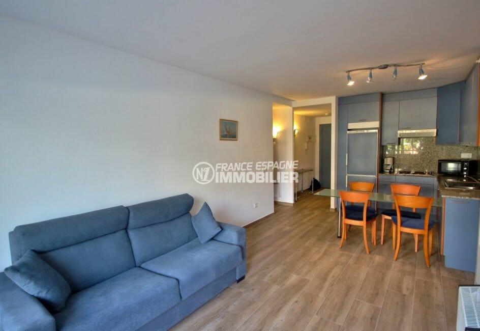 appartement a vendre a rosas, piscine, cuisine américaine ouverte sur le salon avec coin repas
