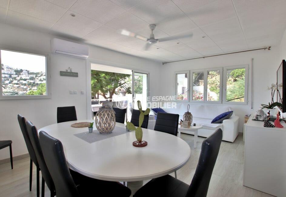 maison a vendre a rosas, au 2nd étage grand appartement (84 m²), aperçu du séjour avec vue mer