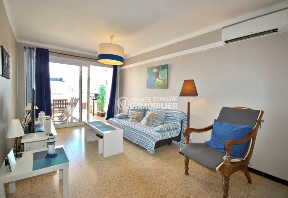 appartement costa brava: 72 m², salon / séjour avec rangements accès terrasse