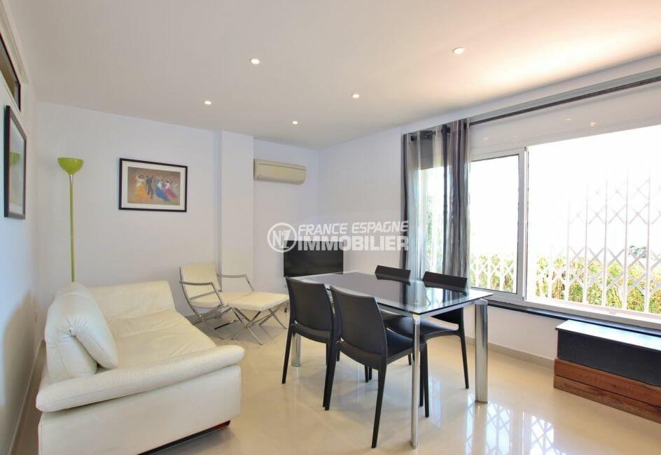 immo roses: appartement 65 m², salon / séjour lumineux avec grande table