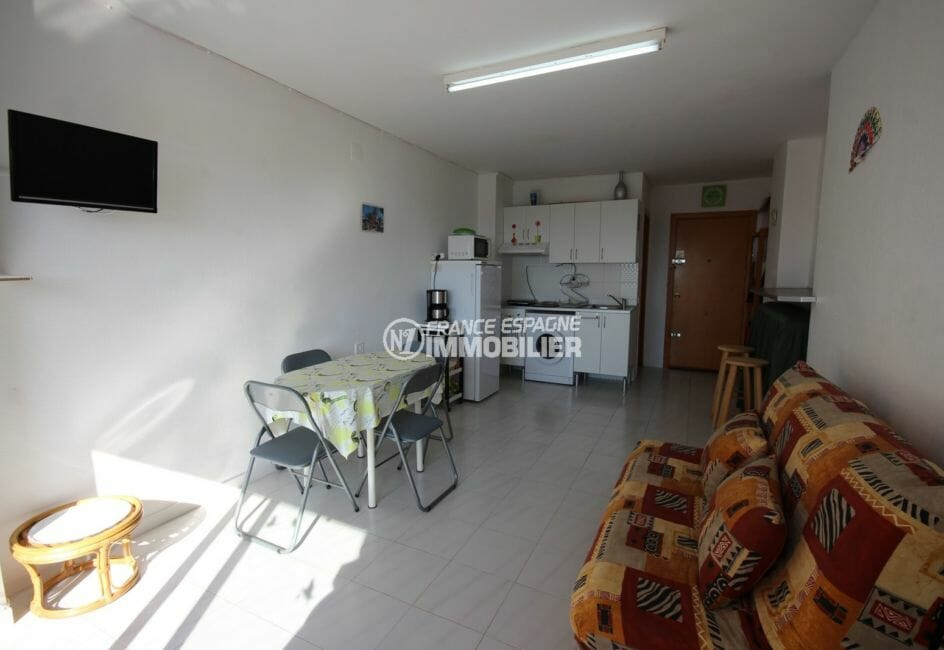 appartement a empuriabrava: studio 24 m², pièce principale avec canapé convertible et coin cuisine